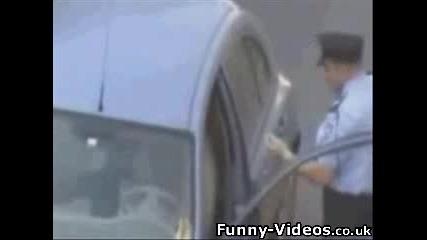 Полицай Срещу Възрастна Жена