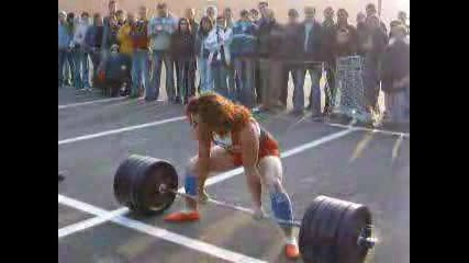 - Жена Тренира С 220 Килограма