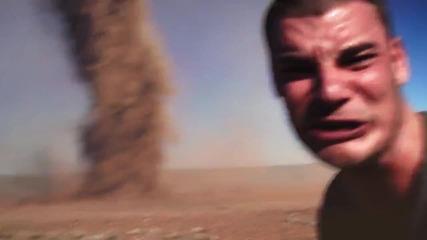 Ненормалник си прави селфи с торнадо
