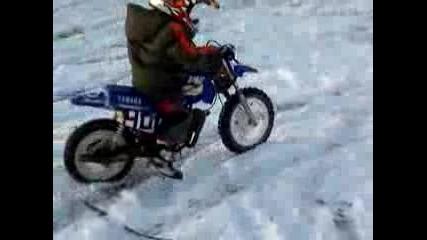 4 годишен моторист на сняг