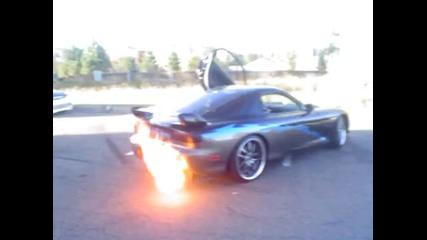 Мазда Rx-7 се запалва от огъня на ауспуха :)