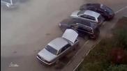 Съседа пак се опитва да паркира колата !
