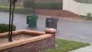 Кофи за боклук се надпреварват на дъждовната улица