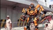 Optimus Prime, Bumblebee, Megatron се трансформират и говорят.