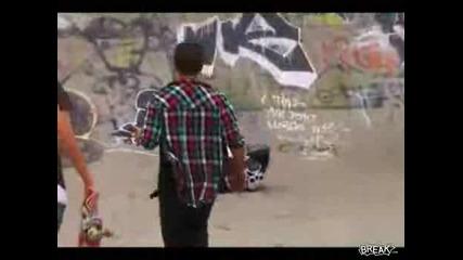 Момиче пада по лице със скейт :d