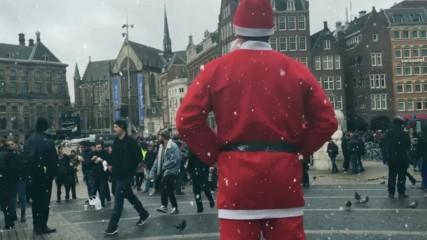 Дядо коледа удря центъра на Амстердам