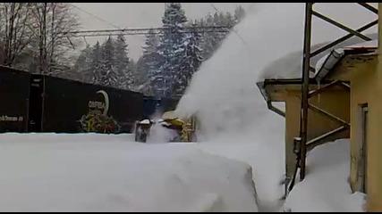 Така се чистят релси от сняг през зимата