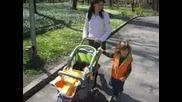 Сами И Мама На Разходка В Парка