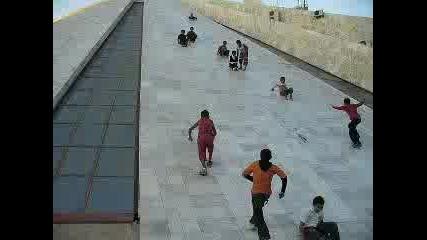 Хлапета Се Спускат От Сграда