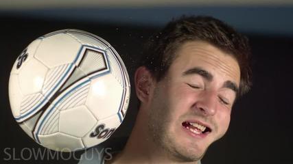 Удар от футболна топка в лицето на забавен кадър