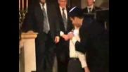 Дете Се Моли В Синагога