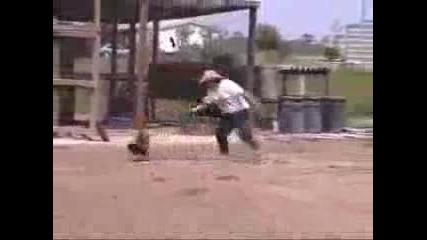 Кокошка подгонва човек !!!!