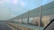 Как да предпазим магистралите от снегонавявания със странични фотоволтаични-стъклостени които правят