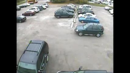 Жена се опитва да паркира