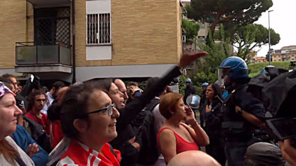 Italy: Residents protest against eviction of migrant squatters in Rome