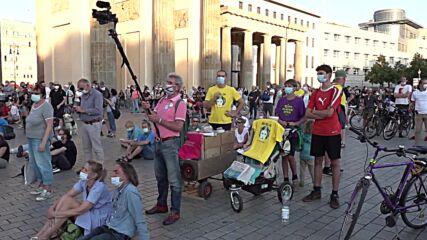 Germany: Querdenker protest COVID restrix, vaccines at Berlin demos