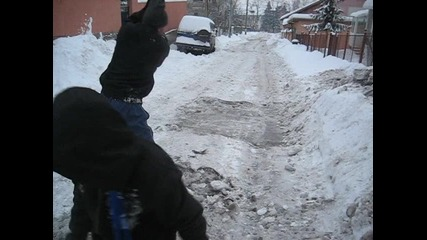 Граждани на елитен квартал сами чистят улиците си