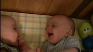 Комуникацията между 2 бебета