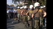 Протестът на полицаите в Атина прерасна в сблъсъци с колегите им
