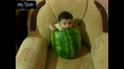 Бебе в диня
