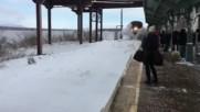Влак предизвика зрелищна лавина на гара
