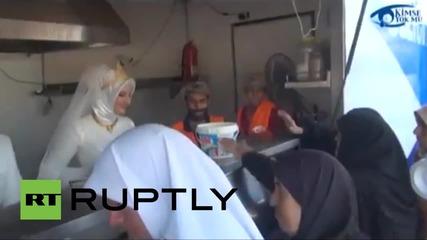 Турция: Младоженци споделят сватбената си гощавка със сирийски бежанци