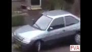 Блондинка паркира кола - много смях