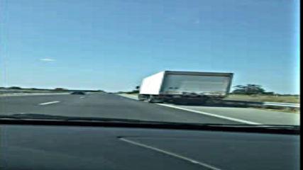 Камиони се движат в аварийната лента