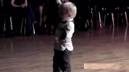 2 годишно дете завладя публиката