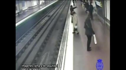Mъж за малко да загине в метрото