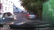 Мъж се вози на предния капак на колата и троши стъклото с крак!