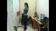 Момиче играе кючек в офиса си