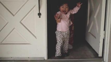 Малко момиченце преживява дъждът за първи път