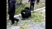 Руски полицаи изтрелват колегата си с дърво