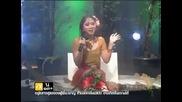Тайландка пее докато изсипват животни в краката и ( Смях )