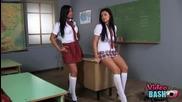 Секси ученички се бият в даскало