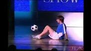 Конър Макартни прави футболни трикове