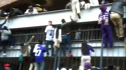 Негри прескачат оградите на стадион