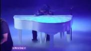 Джъстин се разплака докато пя Down to earth. . . : (