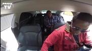 Кола с отворени врати на улицата - Вижте реакциите на хората