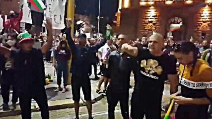 Видео от погрома на сградата на бившия Партиен дом (2)