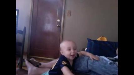 Бебе спира да плаче след като чуе песента Gangnam Style!