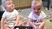 Сладки близнаци имитират кихащия си баща