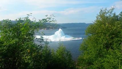 Вижте как един айсберг потъва във водата!