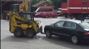 Служители трошат колата на шефа си !!!