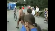 падане на блондинка от колело fail