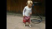 Малката Еми Танцува