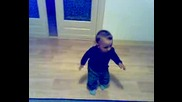 Бебе Играе Колбастъ