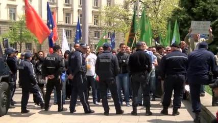 Два протеста се сблъснаха пред президентството
