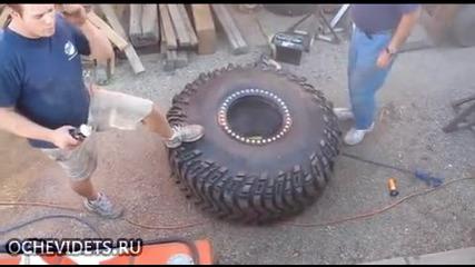 Огромна гума гръмва на сантиметри до човек